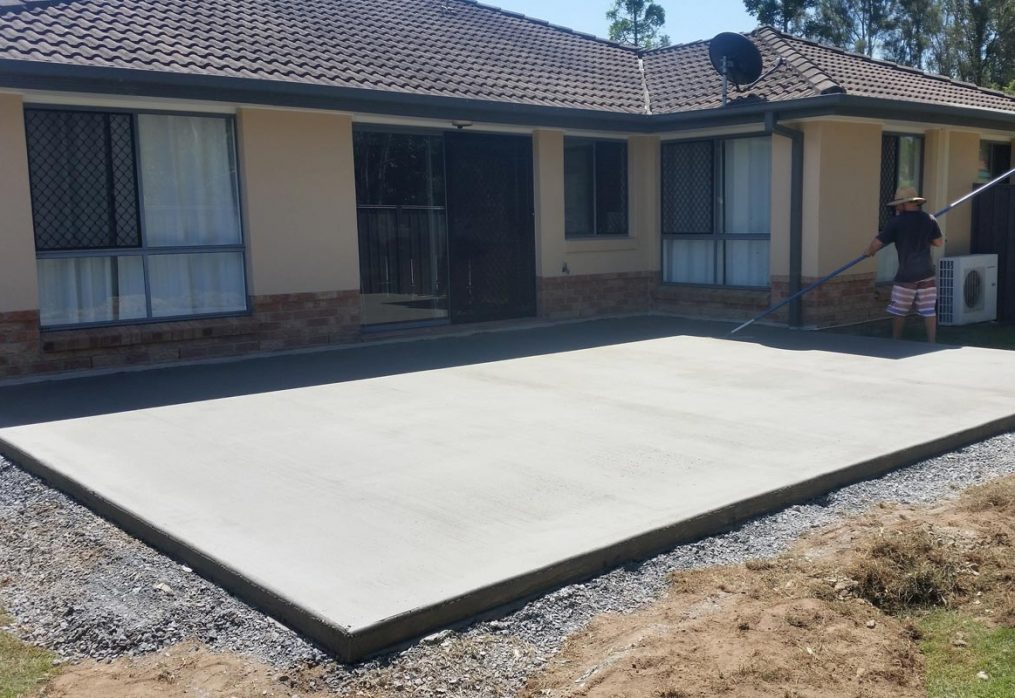 В яку пору року вам слід заливати бетоном двір?