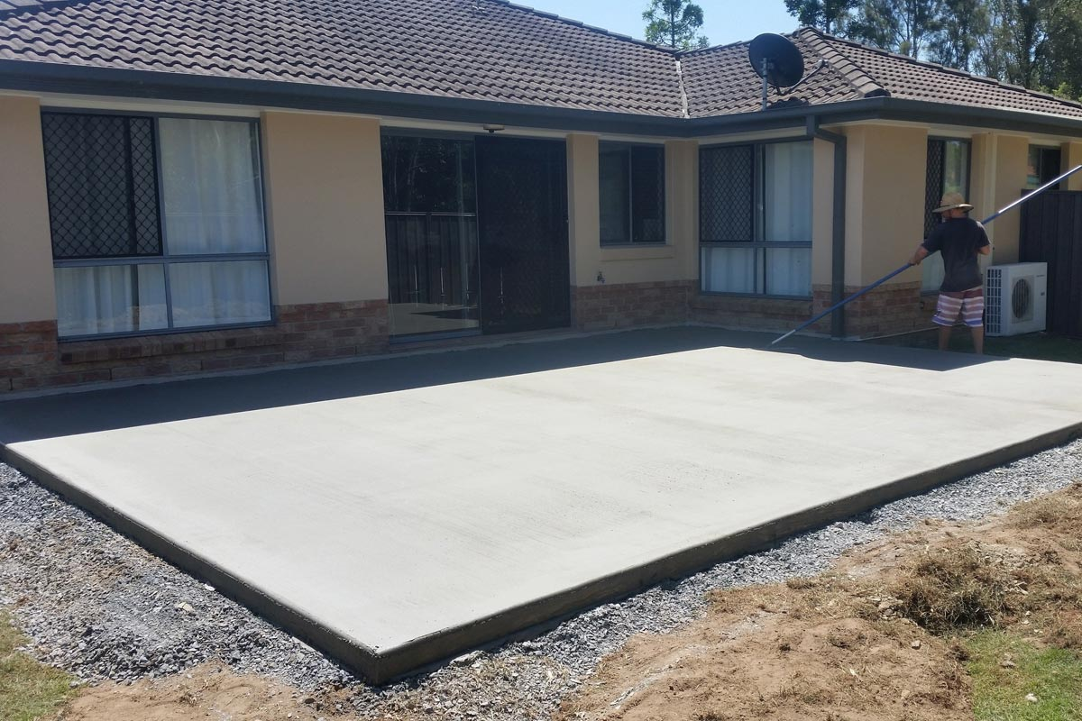 В какое время года вам следует заливать бетоном двор?