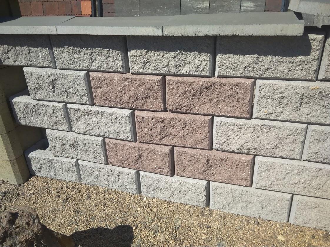 Жилой забор из бетонных блоков