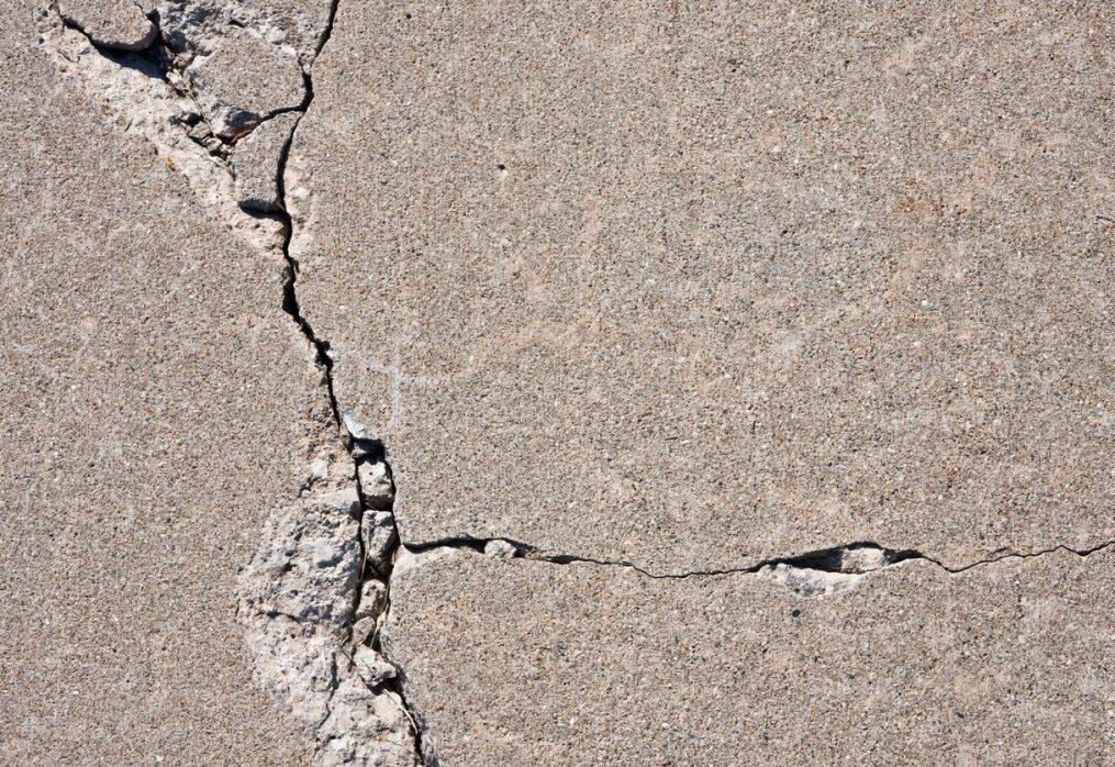 Розколотий бетон: причини і способи усунення.